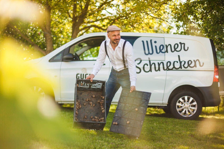 Andreas Gugumuck vor dem Wiener Schnecken Mobil, GuguMobil