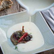 Topinambur Supper mit Schnecke und Zwetschke
