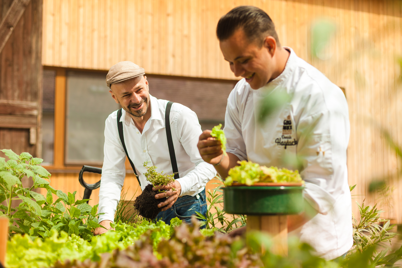 Kräutergarten vor der Schnecken-Manufaktur Gugumuck, mit Andreas Gugumuck und Dominik Hayduck, purer Geschmack und Natürlichkeit beim Schneckengenuss durch Haltbarmachung ohne Zusatzstoffe