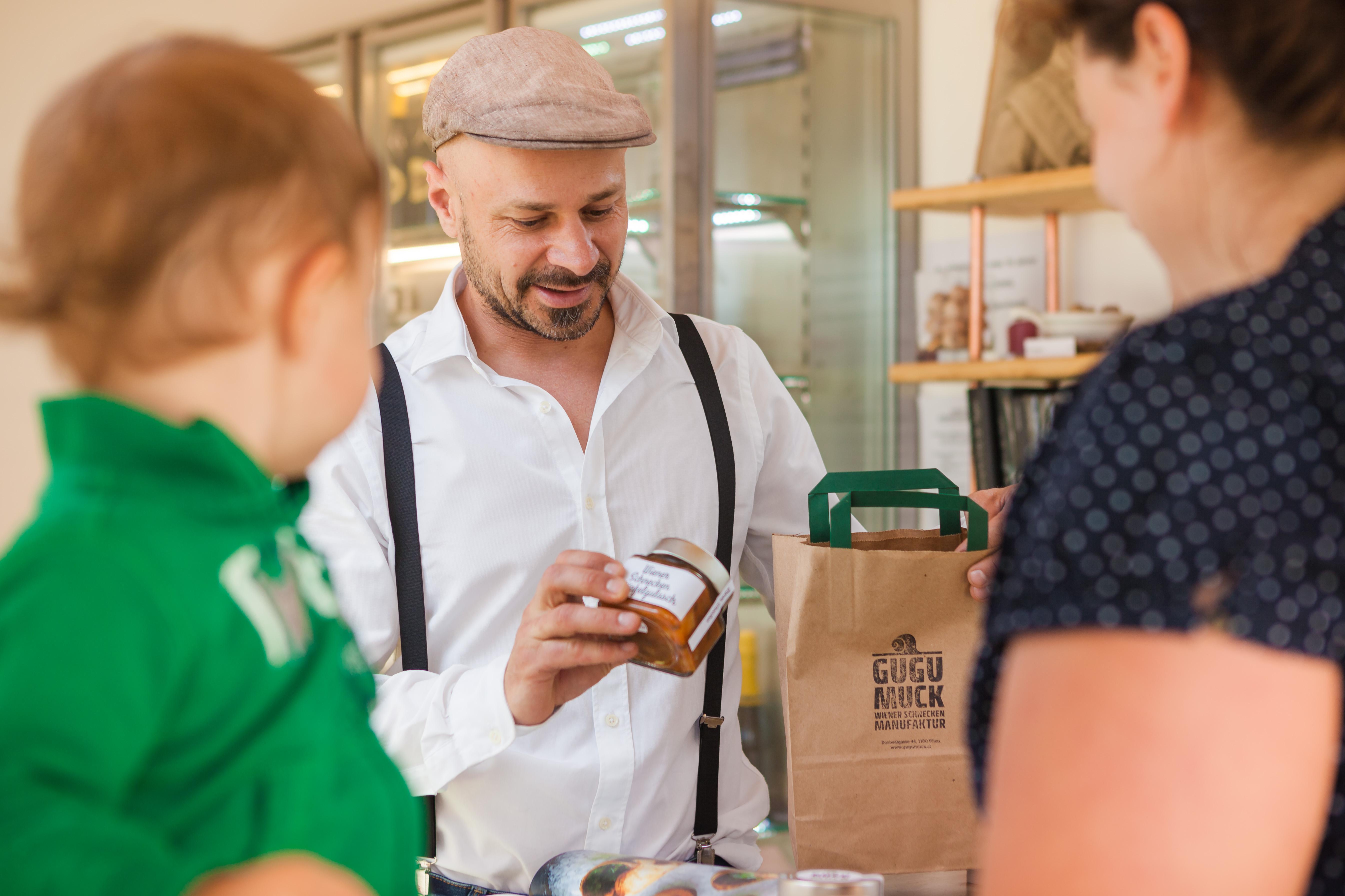 © Philipp Lipiarski / www.lipiarski.com, Farm 2 Table, Andreas Gugumuck im Hofladen der Wiener Schnecken-Manufaktur Gugumuck, In unserem Ab-Hof-Laden können sie während der Öffnungszeiten im Direktverkauf einkaufen, sonst im Onlineshop