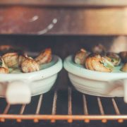 Escargots gratiniert, Weinberg-Schnecken überbacken. Eine Gugumuck Schneckenpfanne oder eine exklusive 6er Schnecken-Pfanne von Augarten Porzellan als Geschenk oder das Dinner zu zweit.