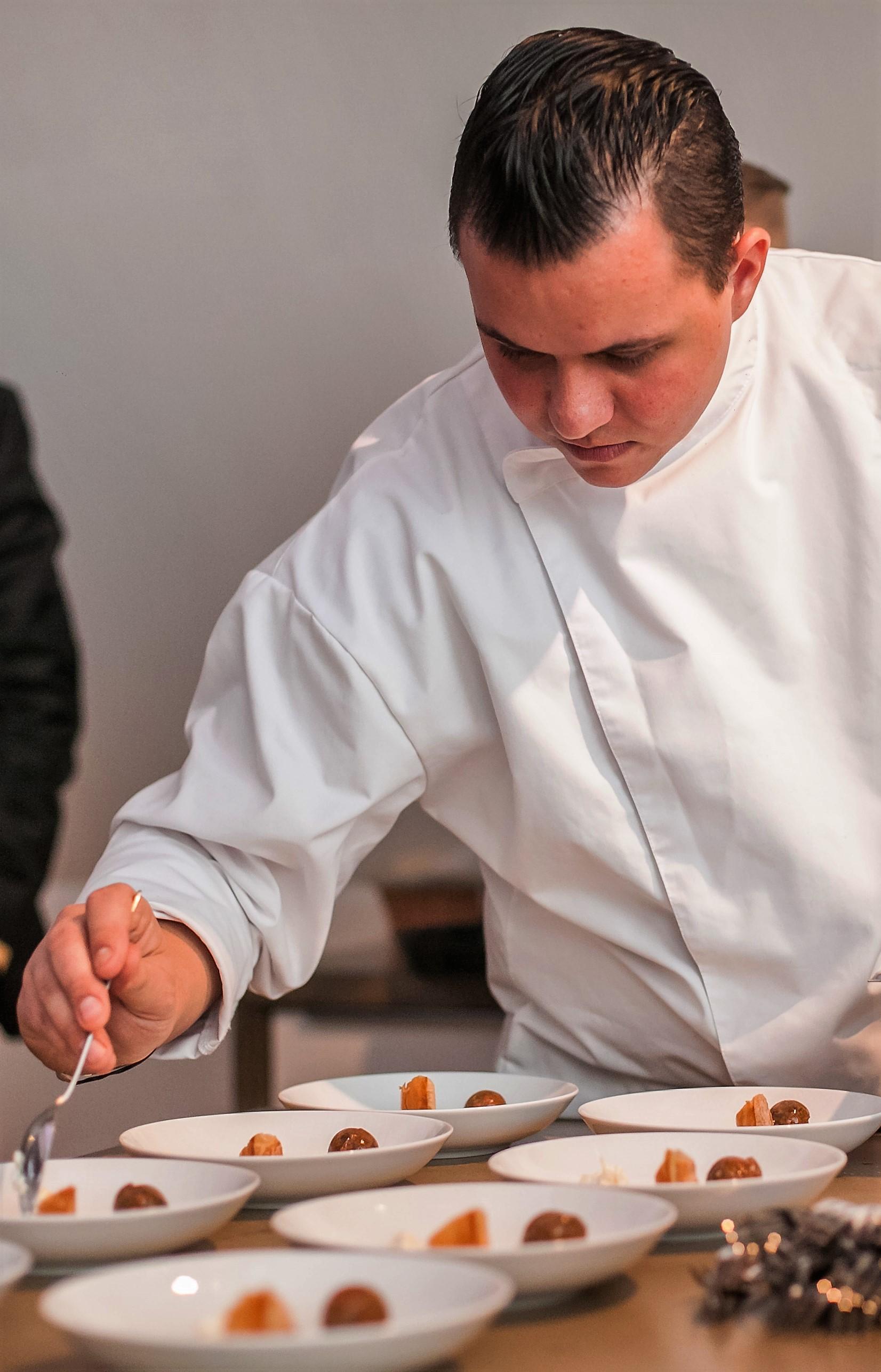 © Philipp Lipiarski / www.lipiarski.com, Dominik Hayduck beim Zubereiten eines Schnecken-Menüs, Farm 2 Table