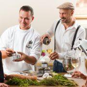 Schneckenkochkurs mit Andreas Gugumuck und Dominik Hayduck am Hof der Wiener Schnecken-Manufaktur, Sammeln Sie Kocherfahrung mit einem Spitzenkoch. Er gibt Tipps für Schneckenkompositionen für deine Veranstaltung