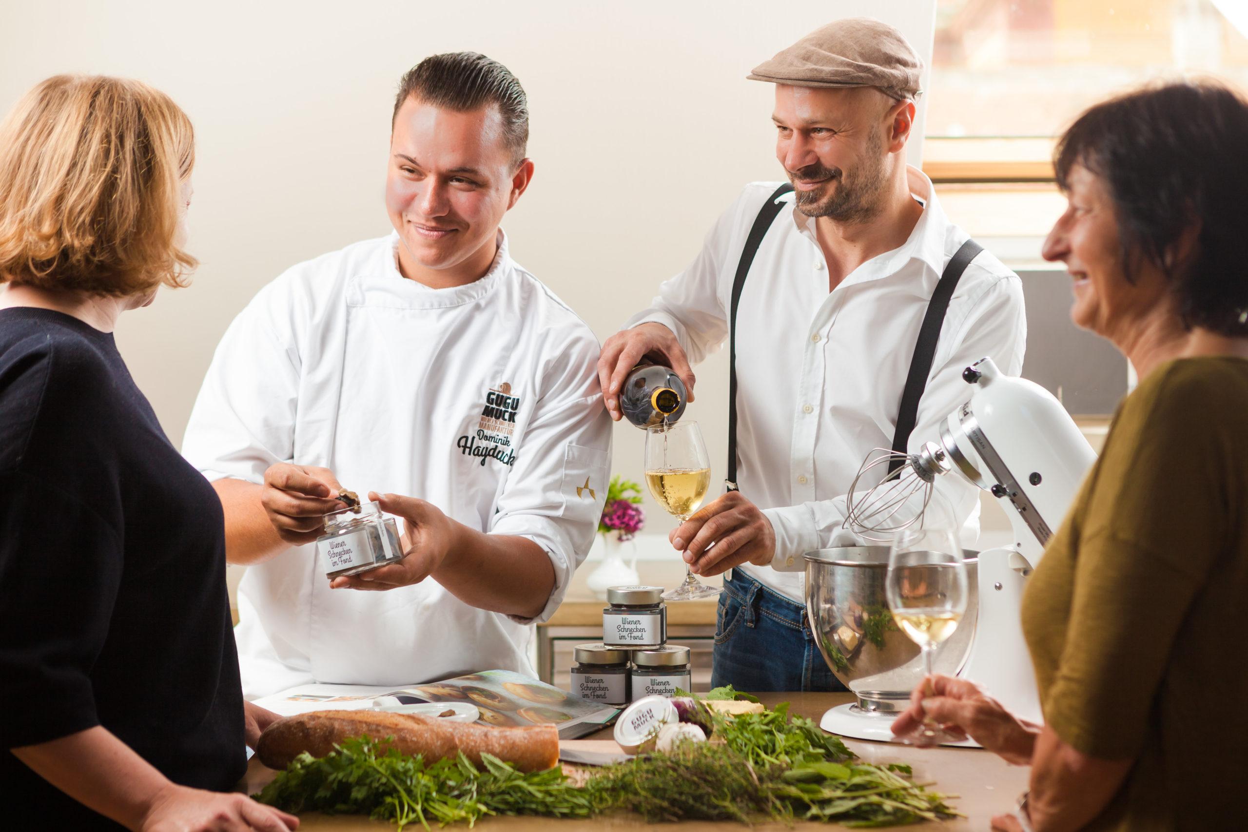 Schneckenkochkurs mit Andreas Gugumuck und Dominik Hayduck am Hof der Wiener Schnecken-Manufaktur, Sammeln Sie Kocherfahrung mit einem Spitzenkoch. Er gibt Tipps für Schneckenkompositionen für deine Veranstaltung.