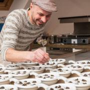 Andreas Gugumuck beim gratinieren der Escargots von der Schnecken-Manufaktur Gugumuck. Eine Gugumuck Schneckenpfanne oder eine exklusive 6er Schnecken-Pfanne von Augarten Porzellan als Geschenk oder das Dinner zu zweit.