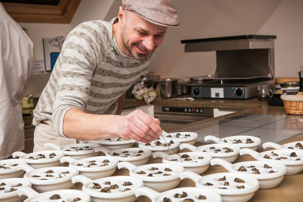 Credits: Philipp Lipiarski, Andreas Gugumuck beim gratinieren der Wiener Schnecken (Escargots)
