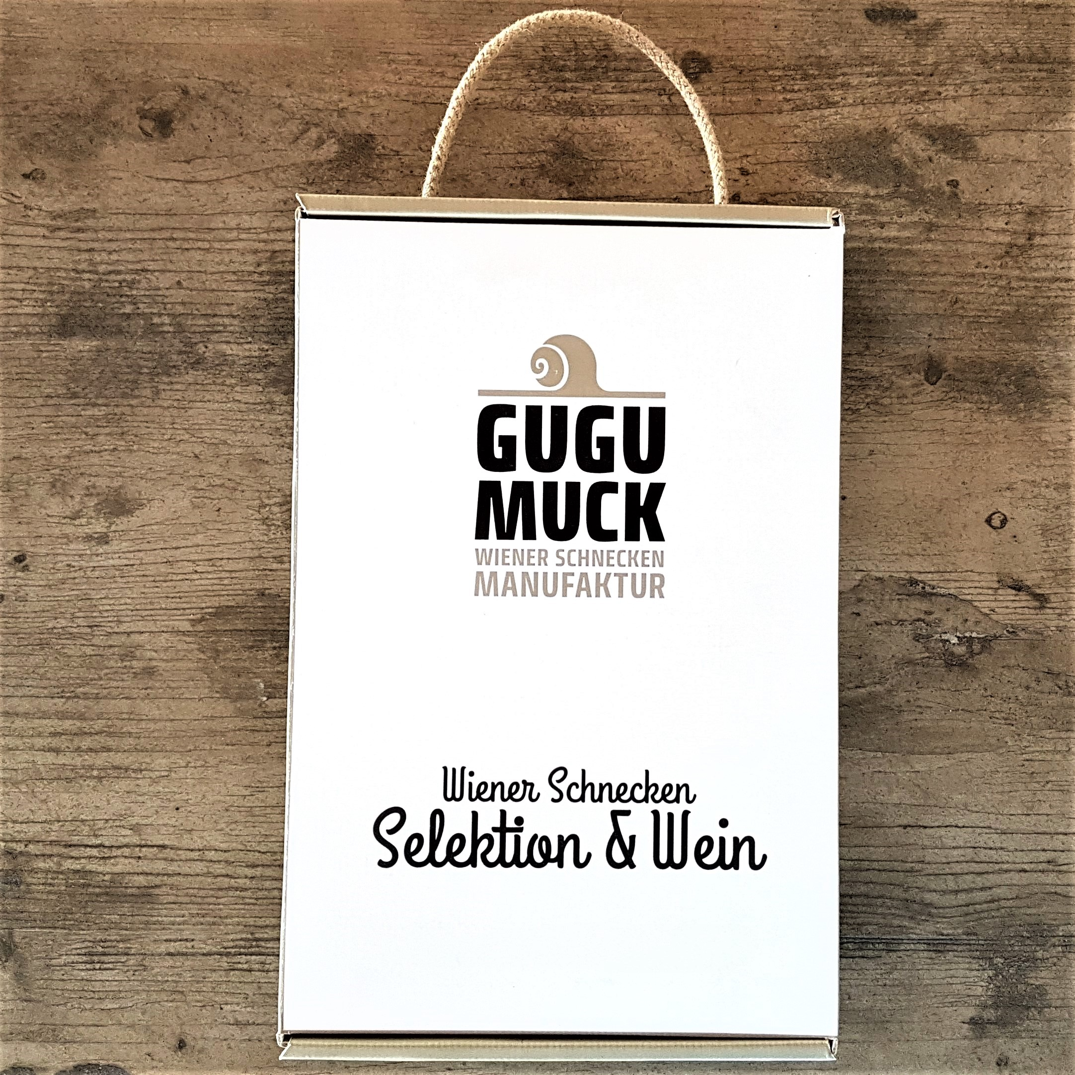 Gugumuck Wiener Gemischter Satz vom Nussberg mit einer Selektion von Escargot-Delikatessen, Weinbergschnecken. Die Wiener Schnecken Selektion - das Geschenkset mit ausgewählten Schneckengläsern mit einer exklusiven Flasche Wiener Gemischten Satz vom Nußberg.