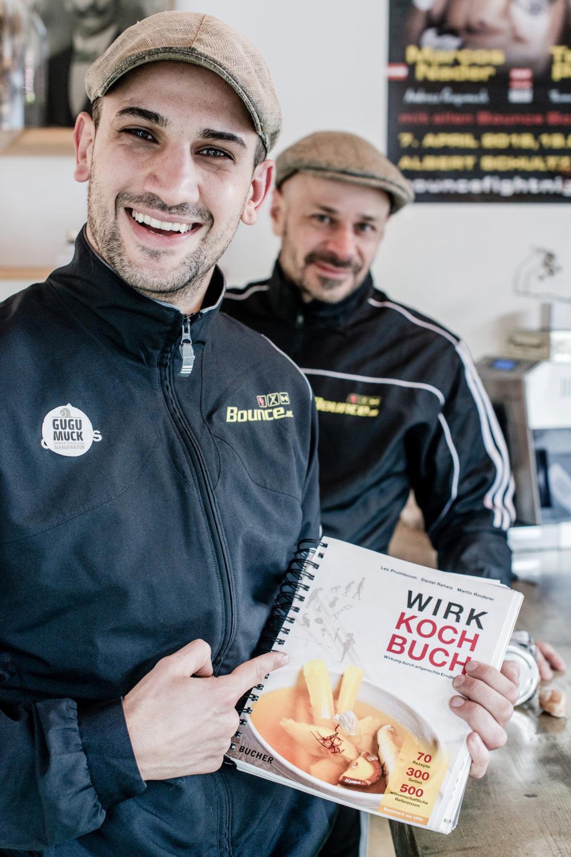 Artgerechte Ernährung mit Boxchampion Marcos Nader und Andreas Gugumuck. In diesem für Sportler sehr relevanten Wirk-Koch-Buch. Zu Ernährung mit den französischen Delikatessen sind die Schnecken eine schmackhafte Proteinquelle.