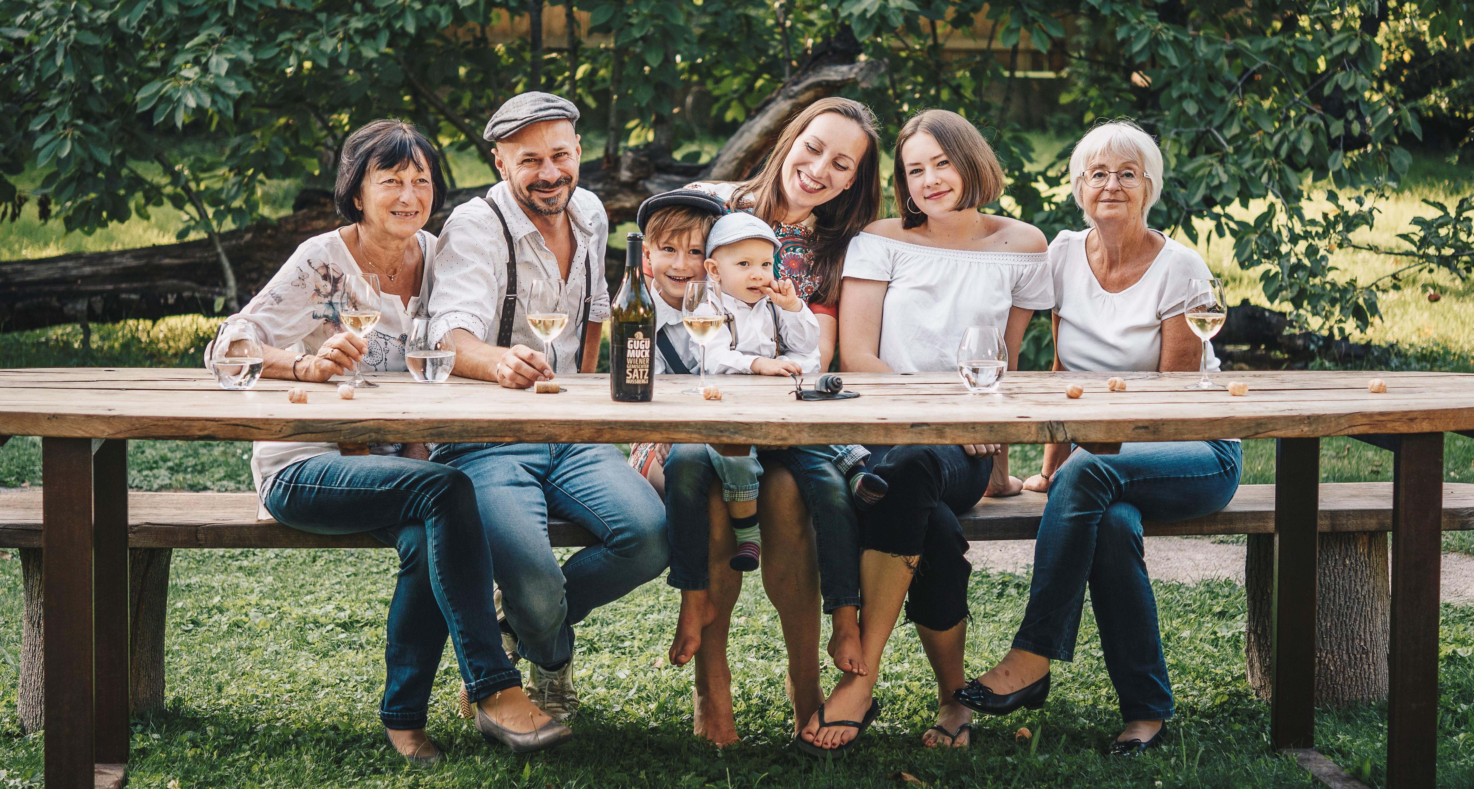 Mehrgenerationen-Familie Gugumuck, Andreas, Sebastian, Maria, Lena, Tante Elisabeth, Mutter Helga